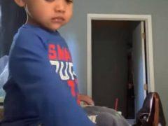 Мальчик, оставленный наедине с конфетами, почти поддался соблазну