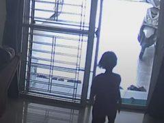Разыгравшаяся девочка врезалась в стеклянную дверь