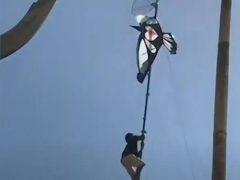 Сорвиголова не побоялся залезть на высокий шест, чтобы спасти воздушного змея