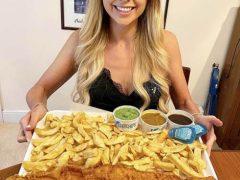 Любительница вкусно покушать справилась с огромной порцией рыбы