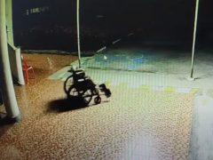 Невидимый призрак прокатился в инвалидной коляске