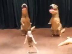 Динозавр, игравший в пьесе, потерял сознание прямо на сцене
