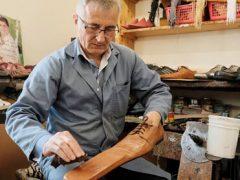 Странные длинноносые ботинки помогают соблюдать социальную дистанцию