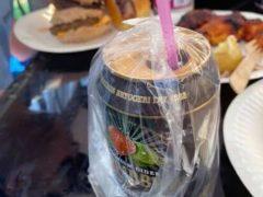 Обычный пакет поможет держать насекомых подальше от вашего напитка