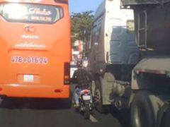 Мотоциклист, не умеющий правильно оценивать габариты, едва не погиб
