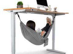 Чтобы расслабиться во время работы, можно повесить под стол гамак