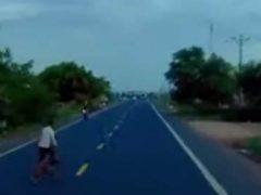 Велосипедист, чуть не сбитый грузовиком, даже не заметил этого