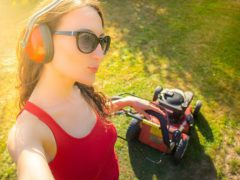 Женщина, которая косит газон утром, вызвала одобрение далеко не у всех