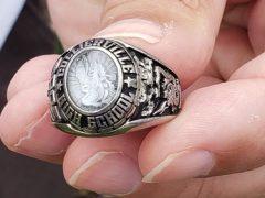 Рабочие, сортировавшие мусор, нашли давно потерянное кольцо