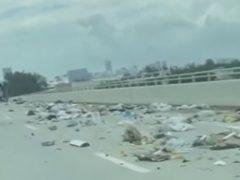 Из-за грузовика, перевозившего мусор, трасса превратилась в свалку