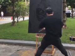 Уличный художник показал зрителям свою оригинальную технику