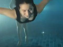 Призрачные ноги составили компанию купающейся в бассейне девушке