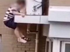 Непослушный мальчик чуть не погиб, но был спасён добрым незнакомцем