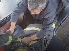 Спасая людей из машины, пожарный временно стал мостом