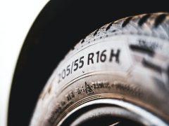 Чтобы познакомиться с понравившейся автомобилисткой, чудак порезал ей шину