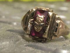 Выпускное кольцо проделало долгий странный путь, но всё-таки вернулось к владелице