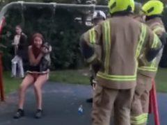 Девочка-подросток возомнила себя малышкой и застряла в качелях