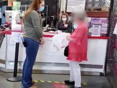 Не пожелав прикрыть лицо защитной маской, покупательница уселась на пол в магазине