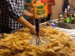 Семейство устраивает себе традиционный щедрый обед в мексиканском стиле