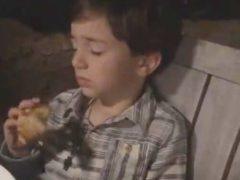 Сонный мальчик не смог в полной мире насладиться пиццей