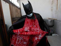 Добрый супергерой кормит бездомных горячей пищей