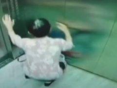 Малышу пришлось полежать на полу, пока его мама спасала пожилую незнакомку