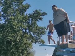 Посетитель бассейна порадовал зрителей гигантским всплеском