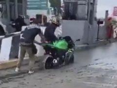 Мотоциклист выбрал неправильный путь и попал в досадную ловушку