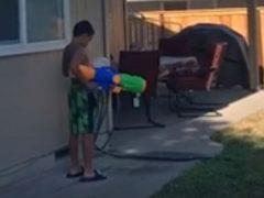 Сын, карауливший папу с водным пистолетом, сам стал жертвой шутки