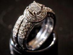 Женщина два года носила на пальце фальшивое обручальное кольцо