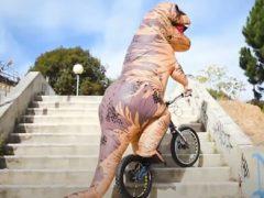 Костюм динозавра не мешает чудаку выполнять велосипедные трюки