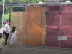 На улицах Токио появляются «умные» общественные туалеты с прозрачными стенами