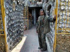 Коллекционер живёт в необычном доме, украшенном фарфоровой посудой