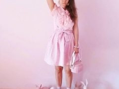 Учительница носит только розовые наряды и живёт в розовой квартире