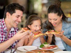 Хозяйка умудряется разогревать в духовке три пиццы одновременно