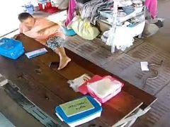 Страшная змея загнала женщину на стол