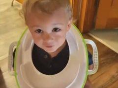 Воспользовавшись тем, что мама на него не смотрит, сын надел на шею странный аксессуар