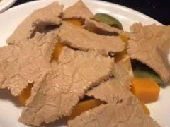 Скульптор создаёт из камня аппетитные кусочки мяса