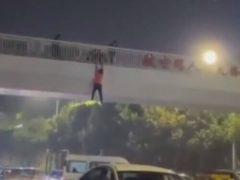 Напившись, незнакомец упал с моста на микроавтобус