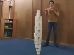 Рекордсмен удержал на голове башню из 46 рулонов туалетной бумаги