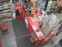 Вооружённый грабитель столкнулся со слишком спокойной продавщицей
