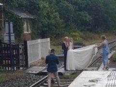 Свадебное фото на железнодорожных путях посчитали глупым и опасным