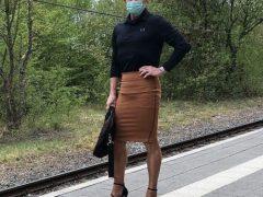Необычный модник любит щеголять в юбках и женских туфлях на каблуках