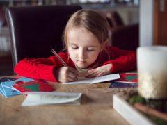 Мама облегчила жизнь дочке, подписывающей рождественские открытки