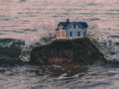 Выдумщица «строит» крошечные фантастические домики в самых неожиданных местах