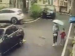 Мать с ребёнком пришли в ужас, когда позади них взорвался ресторан