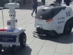 Встретившиеся роботы начали вежливую беседу