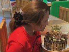 В праздничном торте был спрятан сюрприз, необычайно обрадовавший именинницу