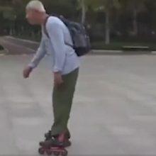 Старичок увлёкся роликами и катается вот уже 12 лет