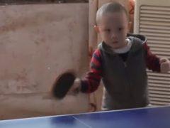 Малыш увлёкся пинг-понгом и уже может стать конкурентом иным взрослым игрокам
